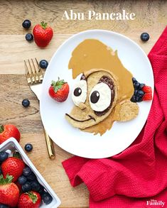 Your kids will go bananas over this gluten-free chocolate peanut butter pancake that looks like the mischievous little monkey Abu. Disney Desserts, Disney Snacks, Disney Food, Disney Recipes, Walt Disney, Disney Diy, Disney Crafts, Disney Family, Gluten Free Chocolate
