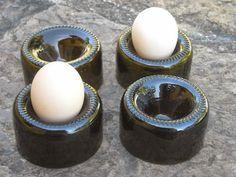 Porta huevos hechos de bases de botellas recicladas/ The bottom of bottles can be boiled egg holders