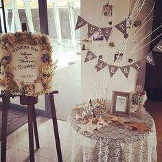 いいね!590件、コメント30件 ― minako☻さん(@mo_hwd0214)のInstagramアカウント: 「★ ウェルカムスペース ・ 受付横にウェルカムボード&ツリー を置きました♡ ・ みなさんおなじみの可愛い方に 描いてもらった似顔絵と、 いただいたバーンスターはこちらに♡ ・…」 Space Wedding, Wedding Paper, Diy Wedding, Wedding Day, Wedding Tips, Wedding Table Flowers, Wedding Decorations, Table Decorations, Wedding Stationery