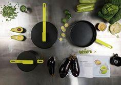 Las caceloras y sartenes son otro básico dentro de una cocina nueva. El diseñador Karim Rashid creó Hook Cookware, una colección inspirada en el capitán Garfio que permite colgar las sartenes de la pared gracias a un innovador y patentado sistema de gancho y riel.