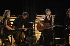 """Taylor Swift performs """"Red"""" with Alison Krauss and Vince Gill at """"The Annual CMA Awards. Vince Gill, Cma Awards, Swift 3, Faith Hill, She Song, Taylor Alison Swift, Country Music, Nashville, Famous People"""