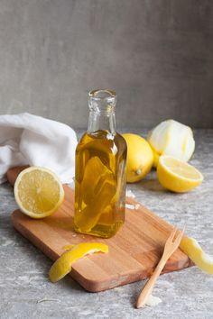 Zitronen-Olivenöl aus zwei Zutaten. Schnell, unglaublich köstlich und viel günstiger als aus dem Öl-Laden - kochkarussell.com