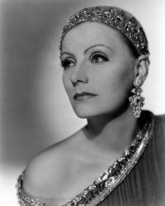 A mulher dessa época devia ser magra, bronzeada e esportiva, o modelo de beleza da atriz Greta Garbo. Seu visual sofisticado, com sobrancelhas e pálpebras marcadas com lápis e pó de arroz bem claro, foi também muito imitado pelas mulheres.
