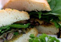 Incremente seu almoço com o panini alla milano verdure, um delicioso sanduíche italiano feito com a ciabatta, abobrinha, shii
