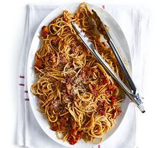 Super smoky bacon & tomato spaghetti an easy midweek meal which the kids will love Bbc Good Food Recipes, Cooking Recipes, Yummy Food, Healthy Recipes, Cooking Videos, Healthy Facts, Tasty Meals, Quick Meals, Paprika Sauce