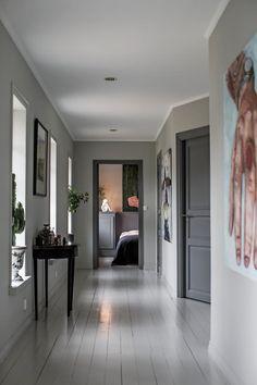 Konstnären Bobo Wallmansson inreder klassiskt & inspirerande kreativt – kika in! Dark Interior Doors, Interior Door Colors, Painted Interior Doors, Door Design Interior, Painted Doors, Zen Home Decor, Pastel Home Decor, Hall Design, Dark Interiors