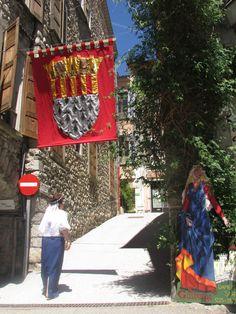 Visite du village en costume médiéval sous le blason de Serres et la bienveillance de Galburge. #parcdesbaronniesprovencales