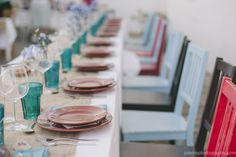 Vi estas cadeiras no restaurante da aldeia quando visitamos em Dezembro e gostei imenso. Tem suficiente para 60 peasoas? Quanto a decoracao da mesa, gostei imenso desta - com apontamentos de flores campestres simples. A unica diferenca seria as cores dos copos que gostaria de ter misturadas.