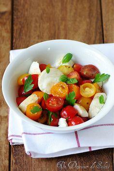 Salade caprese avec mozzarella fumée - Caprese salad