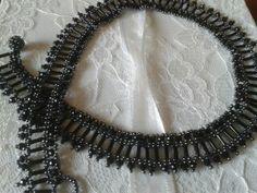siyah kum ve boru boncuk ve kristal taşlarla yaptığım harıka kolye