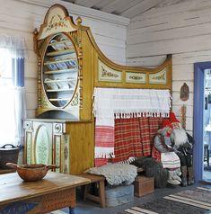 Eija Porkola valmistaa hurmaavia tonttuja, ja nyt joulun alla hän pitää kahvilaa 300-vuotiaassa pohjalaistalossa Luodossa Kokkolan lähellä. Lue talon tarina ja katso kuvat talonpoikaisista joulutunnelmista! Scandinavian Interior, Scandinavian Style, Colonial Furniture, Home Furniture, Moomin House, Swedish Cottage, Swedish Bedroom, Bedroom Nook, Bedroom Stuff