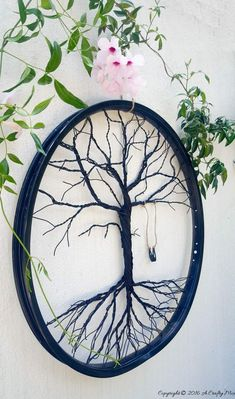 Learn how to make a tree of life out of an old bike wheel! Bicycle wheel crafts like this one are beautiful and thrifty at the same time. Bicycle Rims, Old Bicycle, Bicycle Art, Bicycle Crafts, Bicycle Design, Bike Wheels, Bicycle Wheel Decor, Bicycle Parts Art, Wooden Bicycle