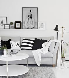 Fint collage på tavellist ovanför soffa