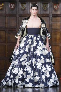 Edward Crutchley – Printemps/Été 2018 – London Fashion Week Men's Queer Fashion, Androgynous Fashion, Live Fashion, Fashion Show, Fashion Design, Mode Queer, Style Androgyne, Crinoline Skirt, Men Dress