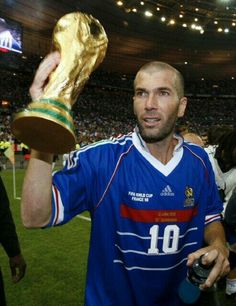 """""""Zinedine Zidane with the World Cup after an exhibition match between France's 1998 champions side and the rest of the world"""" Football 2018, Football Icon, Best Football Players, Football Is Life, Retro Football, World Football, Soccer World, Football Match, Sport Football"""