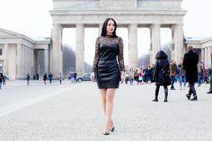 Lederkleid mit Spitze am Brandenburger Tor. Der elegante Fashionlook auf meinem Luxusblog kombiniert mit Wolford Strumpfhose und Louboutin Pumps. Als Fashionblogger