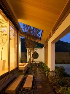 懐かしい露地をイメージした和モダンデザインの中庭。縦格子と植栽が外部の視線を上手に遮ります。|テラス|デザイン|ナチュラル|タイル|和モダン|インテリア|