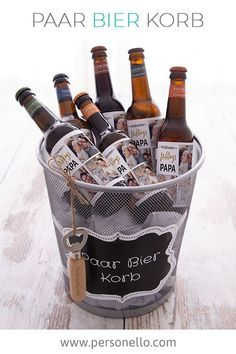 DIY Paar Bier Korb mit Wunschtext und coolen Vorlagen personalisieren… DIY Pair a couple of beer baskets with text of your choice and cool templates. unique for a birthday for men. Original Father's Day gift from – DIY gift ideas for men :] Diy Gifts For Christmas, Beer Basket, Diy Cadeau, Diy For Men, Ideias Diy, Gift Baskets, Fathers Day Gifts, Mom Gifts, Birthday Gifts