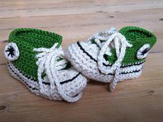 Endnu et par baby Converse hæklet ud fra min hjemmestrikkede opskrift inspireret af: - http://www.ravelry.com/patterns/library/crochet-baby-converse  - http://media.jarbo.se/patterns/pdf/91034_d_low.pdf  [Chrochet Baby Coverse, DIY]