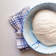 #folding ... ✋🏼 L'étape du rabat, pour un délicieux pain au levain 100% T65 Pain Au Levain, Food, Homemade, Meals, Yemek, Eten