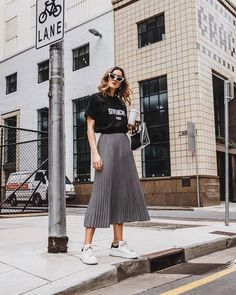 Look feminino - look com saia midi plissada - look com t-shirt - look com tênis - look estiloso - look com bolsa - t-shirt preta - saia midi cinza - tênis branco Long Skirt Outfits, Midi Skirt Outfit, Pleated Skirt Outfit Casual, Pleated Midi Skirt, Mode Outfits, Casual Outfits, Casual Skirts, Gray Outfits, Tight Skirts