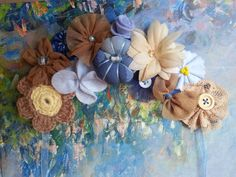 Collar en tonos marrones y azules realizado en fieltro con adornos de telas y lana