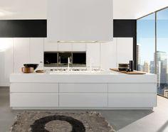 meubles-blanches-dans-la-cuisine-avec-une-belle-vue-magnifique-tapis-gris-meubles-blanches