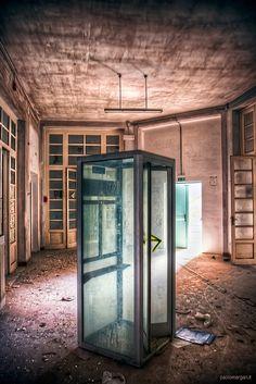 cabina telefonica in ospedale abbandonato