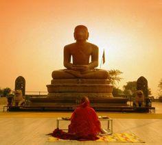 mulher rezando para Buddha