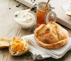 Bjud på lyxfrukost med rykande färska scones! Dessa laktosfria scones går snabbt att göra och kommer garanterat bli en hit på frukostbordet. Servera med naturell cream cheese och en god sylt eller marmelad. Tänd några ljus, sätt på lite trevlig bakgrundsmusik och njut av en härlig stund på morgonen.