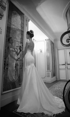 the elegance of this dress takes my breath away.... as for that thing in her hair, no thankyou.
