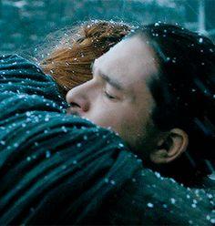 Jon & Sansa - Cena de Game of Thrones, sexta temporada, episódio 4, quando Sansa e Jon Snow se reencontram após muito tempo (desde a 1ª temporada) e a emoção toma os dois de maneira intensa. Lindo!!!