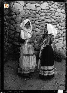 Sardegna DigitalLibrary - Immagini - Sennori, due giovani donne in abito tradizionale festivo