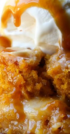 Pumpkin Earthquake Cake ~ The best pumpkin cake recipes ever. It's soft, pumpkin cake with that signature crackly top, swirled with buttery cream cheese and coconut! The Best Pumpkin Cake Recipe, Pumpkin Cake Recipes, Pumpkin Dessert, Mini Cakes, Cupcake Cakes, Cupcakes, Thanksgiving Recipes, Fall Recipes, Earthquake Cake Recipes