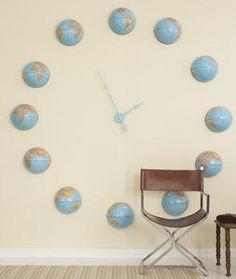 Interesante montaje de un reloj de pared elaborado con globos terráqueos.