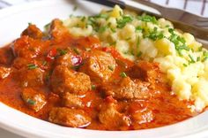 Maďarský paprikáš je vlastně guláš, v tomto případě, z vepřového masa, rajčat, cibule, česneku, paprik …. a koření, který je zjemněný kysanou smetanou. Je skvělý například s domácími nočky. Meat Recipes, Cooking Recipes, Healthy Recipes, Czech Recipes, Ethnic Recipes, Pork Meat, Curry, Food And Drink, Appetizers