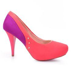 Sapato scarpin marca Beira Rio multicolor, confeccionado em material alternativo camurçado tendo como detalhes 3 spikes lateral.Para fugir do básico e finalizar o look!