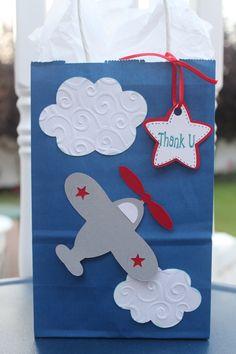 Wir machen eine Flugzeug-Party zum nächsten Kindergeburtstag und laden   viele kleine Piloten ein. Diese Einladung gefällt uns besonders! Vielen   Dank dafür  Dein blog.balloonas.com  #kindergeburtstag #balloonas #party #motto #geburtstag #birthday #flugzeug #plane #airplane #invitation #einladung