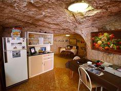 """Se você não tem problemas com claustrofobia, que tal viver no subterrâneo? Na cidade de Coober Pedy, na Austrália, cerca de 3 mil habitantes vivem em """"buracos"""" para fugir do calor de mais de 40 graus"""