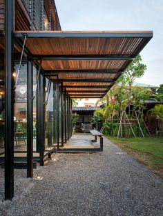 Image 5 of 36 from gallery of Pasang / BodinChapa Architects. Photograph by Rungkit Charoenwat Design Exterior, Patio Design, Garden Design, House Design, Loft Design, Steel Frame House, Steel House, Canopy Design, Outdoor Pergola