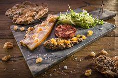 Saftiger Schweinebauch, Leber- und Rotwurst mit Zwiebelsalat und Schüttelbrot