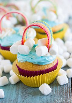 Rainbow-colored cupcakes with rainbow candy and mini marshmallows on top are delicious. Rainbow Cupcakes Recipe, Cute Cupcakes, Cupcake Recipes, Colored Cupcakes, Mini Cakes, Cupcake Cakes, Party Planning Printable, Printable Party, Savoury Cake