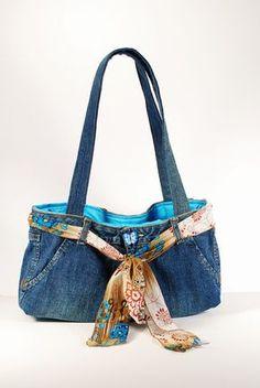 Faire des sacs à main jeans denim recyclé est devenu lun de mes choses préférées à faire. Vous pouvez faire tellement de choses avec un Jean!. Toutes les poches extérieures sont tout à fait utilisables, faisant beaucoup dendroits pour stocker tous vos « trucs ». Jai aussi ajouté une poche à lintérieur et il y a une pression magnétique pour maintenir le sac fermé. La ceinture est une écharpe et peut être remplacée pour donner un tout nouveau look à votre sac. La doublure est une turquoise…