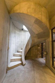 仕事部屋に降りる外階段。コンクリートで曲線を描く、職人さん泣かせの構造。 Building Structure, Stairways, Interior And Exterior, Concrete, Modern Design, Construction, Architecture, Gallery, House