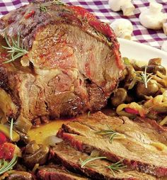 Nu știi cum se face friptura de porc la cuptor ca să fie suculentă...perfectă? Se folosește untul în felul acesta. Nu ai cum să dai greș! New Year's Food, Good Food, Yummy Food, Whole Duck Recipes, Beef Recipes, Cooking Recipes, Food Chemistry, Romanian Food, Beef Ribs
