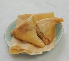 I sambousassas sono triangoli farciti con carne o verdura e, a seconda della parte del mondo in cui ci si trova, assumono nomi differenti. Insieme a Chef Kumalé abbiamo fatto un viaggio virtuale che ci ha portato nell'Oceano Indiano, nelle isole Comore in particolare dove questi fagottini, che in India e Pakistan prendono il nome …