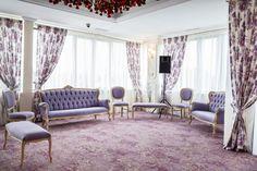 Proiect Sala Provence Saftica, realizat de Carpet&More. Descopera portofoliul nostru! #spaceevents #design #provencecolor #purplecarpet #purpleroom #Carpet&More Commercial Flooring, Wall Carpet, Shag Rug, Textiles, Curtains, Provence, Carpets, Projects, Inspiration