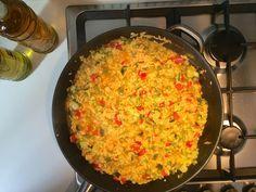 Overheerlijke vegetarische makkelijke paella met courgette. Paella is een oorspronkelijk Valenciaans en tegenwoordig typisch Spaans gerecht en bevat, afhankelijk van de regio, als hoofdingrediënten: rijst, zeevruchten als vis en schaaldieren, stukjes kip, konijn, tomatenbasis (tomato frito), garrafo