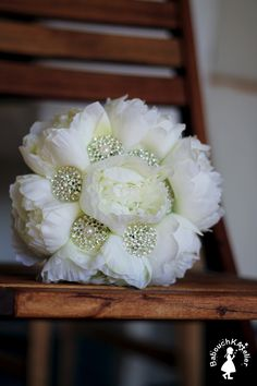 Un bouquet de mariée original composé de pivoines et broches