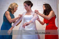 Precioso momento de novia preparándose
